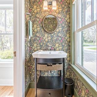 Foto di un piccolo bagno di servizio stile americano con nessun'anta, ante nere e parquet chiaro
