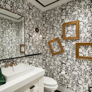 Moderne Gästetoilette mit Schrankfronten mit vertiefter Füllung, weißen Schränken, bunten Wänden und schwarzem Boden in Phoenix