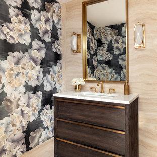 Свежая идея для дизайна: туалет в скандинавском стиле с плоскими фасадами, темными деревянными фасадами, бежевой плиткой, разноцветными стенами, врезной раковиной, бежевым полом и белой столешницей - отличное фото интерьера