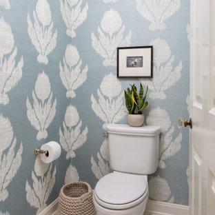 Foto di un bagno di servizio tradizionale di medie dimensioni con WC a due pezzi, piastrelle in gres porcellanato, pavimento in marmo, pavimento bianco e pareti multicolore