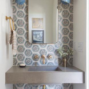 Inspiration för maritima grått toaletter, med flerfärgad kakel, grå väggar och ett integrerad handfat