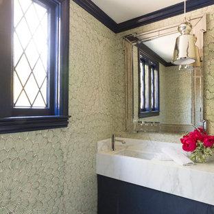 Diseño de aseo clásico renovado, de tamaño medio, con armarios con paneles lisos, puertas de armario negras, paredes verdes, lavabo bajoencimera, encimera de mármol y encimeras blancas