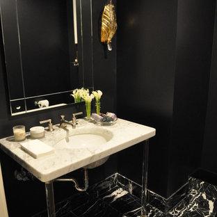 Пример оригинального дизайна: маленький туалет в современном стиле с черно-белой плиткой, черными стенами, мраморным полом, раковиной с пьедесталом и мраморной столешницей