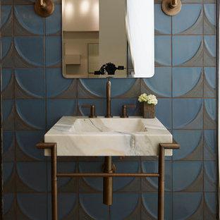 Идея дизайна: туалет в стиле современная классика с мраморной столешницей, синей плиткой, серой плиткой, синими стенами и консольной раковиной