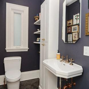 Ispirazione per un piccolo bagno di servizio classico con ante in stile shaker, ante bianche, WC a due pezzi, pareti viola, pavimento in gres porcellanato, lavabo sospeso e pavimento grigio