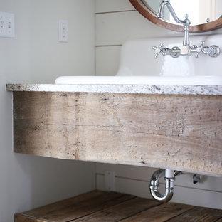 Aménagement d'un WC et toilettes campagne de taille moyenne avec un mur blanc, un lavabo suspendu, un plan de toilette en granite et un plan de toilette gris.