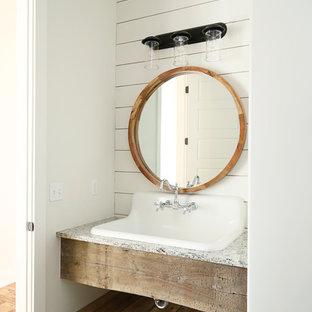 Idée de décoration pour un WC et toilettes champêtre de taille moyenne avec un mur blanc, un lavabo suspendu, un plan de toilette en granite et un plan de toilette gris.