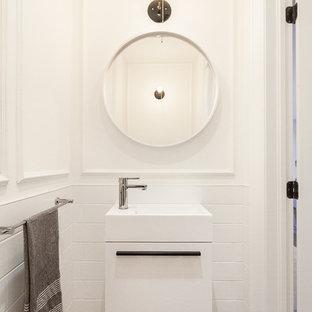 Ispirazione per un piccolo bagno di servizio design con lavabo integrato, ante lisce, ante bianche, piastrelle bianche, piastrelle diamantate, pareti bianche, parquet scuro e pavimento marrone