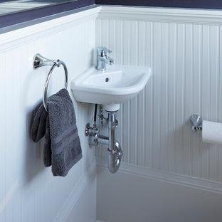 Foto di un piccolo bagno di servizio american style con WC a due pezzi, piastrelle bianche, piastrelle in gres porcellanato, pareti viola, pavimento in gres porcellanato e lavabo sospeso