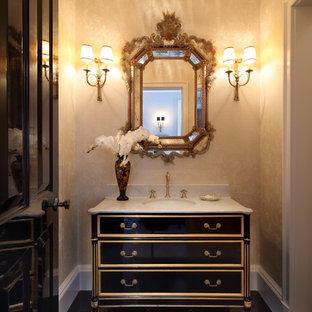 Esempio di un grande bagno di servizio tradizionale con consolle stile comò, ante nere, pareti beige, pavimento in gres porcellanato, lavabo sottopiano e top in pietra calcarea