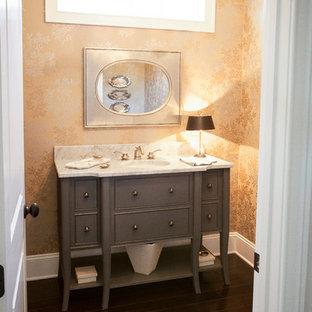 Idee per un bagno di servizio chic di medie dimensioni con ante lisce, ante grigie, pareti multicolore, parquet scuro, top in granito, pavimento marrone e lavabo sottopiano