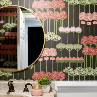 Eklektisk inredning av ett litet beige beige toalett, med skåp i mellenmörkt trä, flerfärgade väggar, ett undermonterad handfat och bänkskiva i travertin