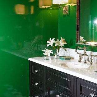 ニューヨークの中くらいのトラディショナルスタイルのおしゃれなトイレ・洗面所 (インセット扉のキャビネット、黒いキャビネット、分離型トイレ、モノトーンのタイル、緑の壁、大理石の床、アンダーカウンター洗面器、大理石の洗面台、白い洗面カウンター) の写真