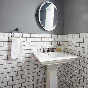 Idéer för vintage badrum, med en toalettstol med separat cisternkåpa, vit kakel, tunnelbanekakel, grå väggar, marmorgolv, ett piedestal handfat och flerfärgat golv