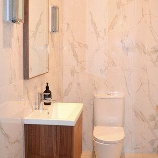 Foto di un piccolo bagno di servizio contemporaneo con ante lisce, ante in legno scuro, WC a due pezzi, piastrelle di marmo, pavimento con piastrelle in ceramica, lavabo rettangolare e pareti bianche