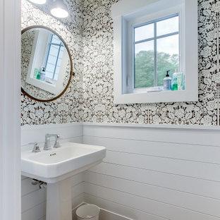 他の地域の中くらいのビーチスタイルのおしゃれなトイレ・洗面所 (白い壁、ペデスタルシンク、塗装板張りの壁) の写真
