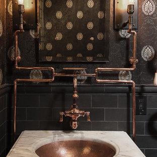 Foto på ett industriellt toalett, med svarta väggar