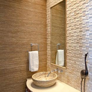 Неиссякаемый источник вдохновения для домашнего уюта: маленький туалет в стиле модернизм с настольной раковиной, фасадами островного типа, столешницей из искусственного кварца, бежевой плиткой, бежевыми стенами, керамогранитной плиткой и темными деревянными фасадами