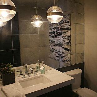 他の地域のおしゃれなトイレ・洗面所 (シェーカースタイル扉のキャビネット、セラミックタイルの床、濃色木目調キャビネット、ミラータイル、クオーツストーンの洗面台、アンダーカウンター洗面器) の写真