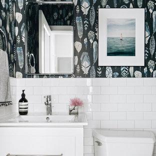 Стильный дизайн: туалет в морском стиле с фасадами в стиле шейкер, белыми фасадами, раздельным унитазом, белой плиткой, плиткой кабанчик, разноцветными стенами, монолитной раковиной и белой столешницей - последний тренд