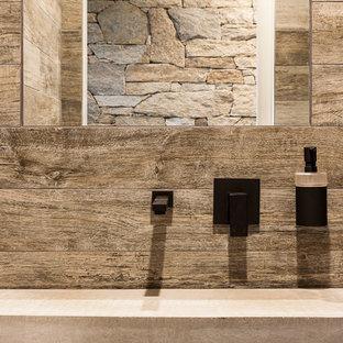 Immagine di un bagno di servizio minimal con piastrelle in ceramica, pavimento con piastrelle in ceramica e top in cemento