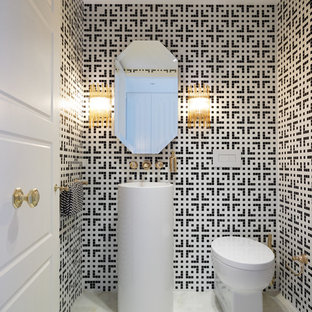 Свежая идея для дизайна: большой туалет в стиле модернизм с раковиной с пьедесталом, унитазом-моноблоком, плиткой мозаикой, мраморным полом, разноцветными стенами и черно-белой плиткой - отличное фото интерьера