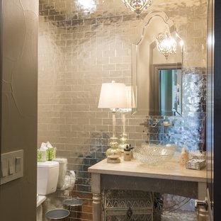 Неиссякаемый источник вдохновения для домашнего уюта: туалет среднего размера в стиле фьюжн с открытыми фасадами, серыми фасадами, раздельным унитазом, зеркальной плиткой, бежевыми стенами, паркетным полом среднего тона, настольной раковиной и столешницей из дерева