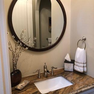 Diseño de aseo marinero, de tamaño medio, con armarios tipo mueble, puertas de armario beige, paredes beige, suelo de madera en tonos medios, encimera de granito, suelo marrón y encimeras multicolor