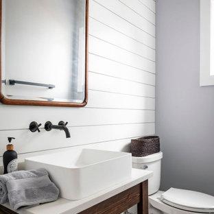 Стильный дизайн: маленький туалет в стиле кантри с открытыми фасадами, темными деревянными фасадами, раздельным унитазом, серыми стенами, полом из мозаичной плитки, настольной раковиной, столешницей из искусственного кварца, разноцветным полом и белой столешницей - последний тренд