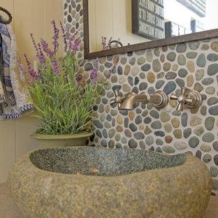 Идея дизайна: маленький туалет в морском стиле с бежевыми стенами, настольной раковиной, серой плиткой и галечной плиткой