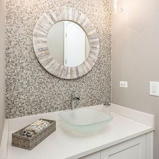 Неиссякаемый источник вдохновения для домашнего уюта: туалет среднего размера в стиле современная классика с фасадами в стиле шейкер, белыми фасадами, серой плиткой, галечной плиткой, бежевыми стенами, настольной раковиной, столешницей из кварцита и белой столешницей