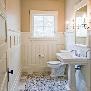 ボストンのビーチスタイルのおしゃれなトイレ・洗面所 (ペデスタルシンク、玉石タイル) の写真