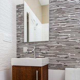 Esempio di un piccolo bagno di servizio minimal con lavabo a bacinella, ante lisce, ante in legno bruno, WC monopezzo, pistrelle in bianco e nero, piastrelle bianche, pareti bianche, pavimento in gres porcellanato e piastrelle a listelli