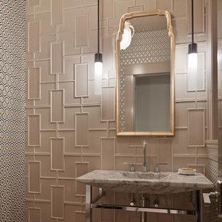 Свежая идея для дизайна: туалет в стиле современная классика с монолитной раковиной, мраморной столешницей, бежевой плиткой, керамической плиткой, полом из керамической плитки, разноцветными стенами и серой столешницей - отличное фото интерьера