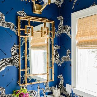 Cette photo montre un WC et toilettes chic avec un plan vasque et un mur bleu.