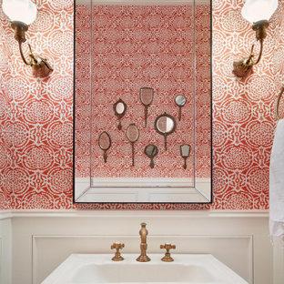 サンフランシスコのトラディショナルスタイルのおしゃれなトイレ・洗面所 (赤い壁、ペデスタルシンク、羽目板の壁、壁紙) の写真