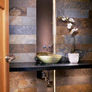 デンバーのコンテンポラリースタイルのおしゃれなトイレ・洗面所 (スレートタイル) の写真