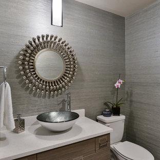 Mittelgroße Moderne Gästetoilette mit flächenbündigen Schrankfronten, hellbraunen Holzschränken, Wandtoilette mit Spülkasten, grauer Wandfarbe, Aufsatzwaschbecken, Quarzwerkstein-Waschtisch und weißer Waschtischplatte in Denver