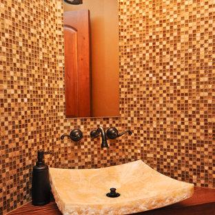 デンバーの大きいラスティックスタイルのおしゃれなトイレ・洗面所 (ガラスタイル) の写真