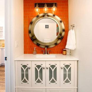 Стильный дизайн: туалет среднего размера в морском стиле с фасадами в стиле шейкер, белыми фасадами, оранжевой плиткой, плиткой кабанчик, белыми стенами, полом из керамогранита, врезной раковиной, столешницей из искусственного камня, серым полом и белой столешницей - последний тренд