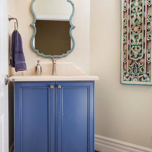 Ispirazione per un bagno di servizio mediterraneo di medie dimensioni con ante con riquadro incassato, ante blu, WC monopezzo, piastrelle multicolore, pareti beige, pavimento in terracotta, lavabo sottopiano e top in quarzo composito