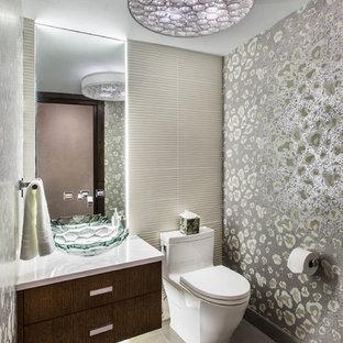 Неиссякаемый источник вдохновения для домашнего уюта: туалет среднего размера в стиле фьюжн с плоскими фасадами, темными деревянными фасадами, унитазом-моноблоком, настольной раковиной, серой плиткой, серыми стенами, полом из керамической плитки, мраморной столешницей и серым полом