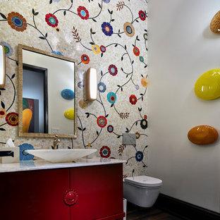 Свежая идея для дизайна: большой туалет в стиле современная классика с плоскими фасадами, красными фасадами, инсталляцией, разноцветной плиткой, стеклянной плиткой, разноцветными стенами, паркетным полом среднего тона, настольной раковиной, коричневым полом, белой столешницей и столешницей из оникса - отличное фото интерьера
