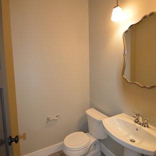 Стильный дизайн: маленький туалет в стиле современная классика с раздельным унитазом, бежевыми стенами, полом из ламината, раковиной с пьедесталом и бежевым полом - последний тренд