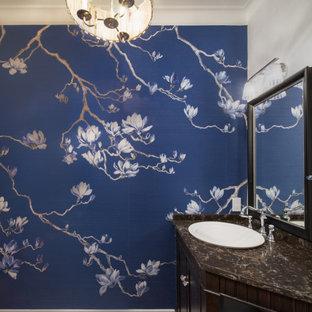 Idée de décoration pour un petit WC et toilettes tradition avec un plafond en papier peint, des portes de placard en bois sombre, un mur bleu, un sol en bois clair, une vasque, un plan de toilette en quartz modifié, un sol marron, un plan de toilette marron, meuble-lavabo encastré et du papier peint.