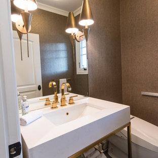 На фото: маленькие туалеты в стиле современная классика с открытыми фасадами, унитазом-моноблоком, коричневыми стенами, полом из сланца, подвесной раковиной, столешницей из искусственного камня, серым полом и белой столешницей