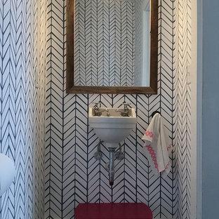 Kleine Stilmix Gästetoilette mit bunten Wänden, dunklem Holzboden und Wandwaschbecken in Burlington