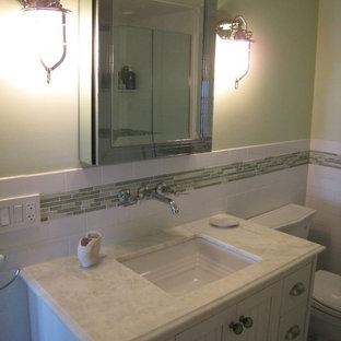 Стильный дизайн: туалет среднего размера в стиле современная классика с фасадами островного типа, белыми фасадами, раздельным унитазом, белой плиткой, керамической плиткой, бежевыми стенами, полом из керамической плитки, врезной раковиной, мраморной столешницей и белой столешницей - последний тренд