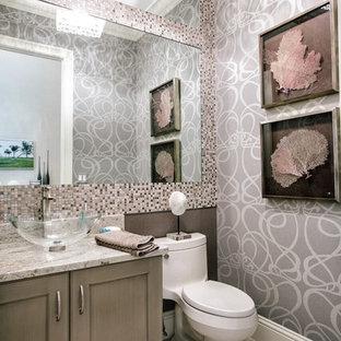 Kleine Moderne Gästetoilette mit Schrankfronten mit vertiefter Füllung, hellen Holzschränken, Toilette mit Aufsatzspülkasten, schwarz-weißen Fliesen, Mosaikfliesen, bunten Wänden, Linoleum, Aufsatzwaschbecken, Quarzwerkstein-Waschtisch und beigem Boden in Miami