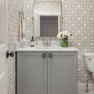 Ispirazione per un bagno di servizio classico con ante con riquadro incassato, ante grigie, pavimento in marmo, lavabo sottopiano, top in marmo, pavimento grigio e pareti grigie